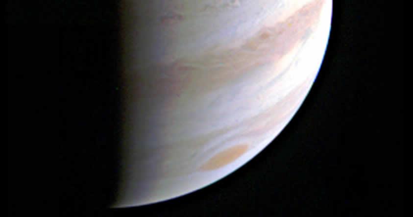 La nave espacial Juno completa con éxito su primer vuelo sobre Júpiter