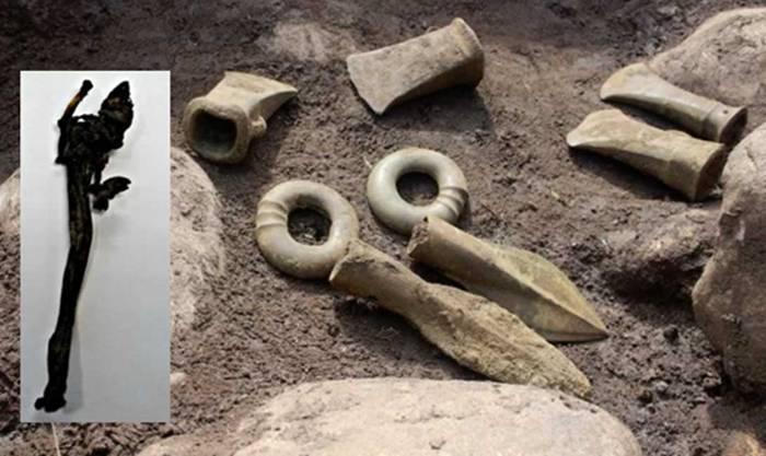 También se descubrieron puntas de lanza y ejes como muestra la imagen.