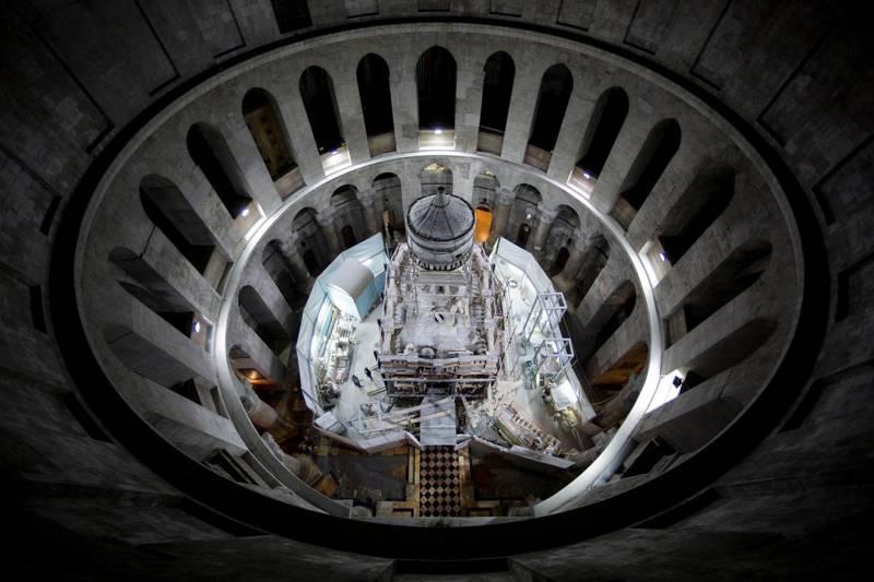 El santuario que alberga el lugar de enterramiento tradicional de Jesucristo está en proceso de restauración dentro de la Iglesia del Santo Sepulcro de Jerusalén.
