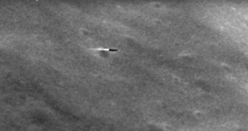 ¿Es este un misil o una nave espacial saliendo de uno de los cráteres de la Luna?