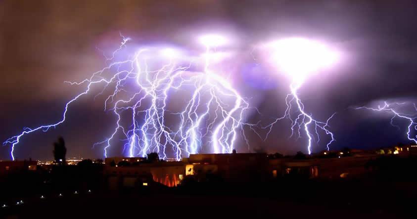 ¿Se abren portales dimensionales durante las tormentas eléctricas?