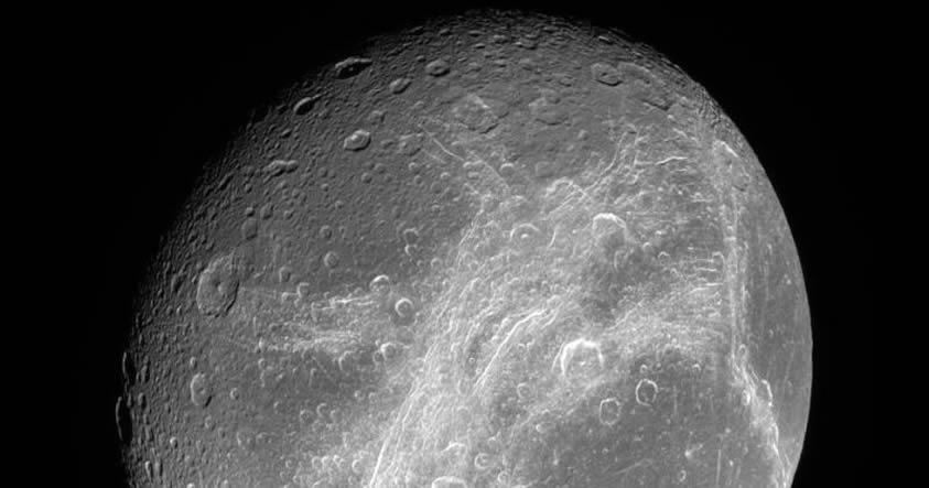 La luna Dione de Saturno también posee un gran océano subterráneo
