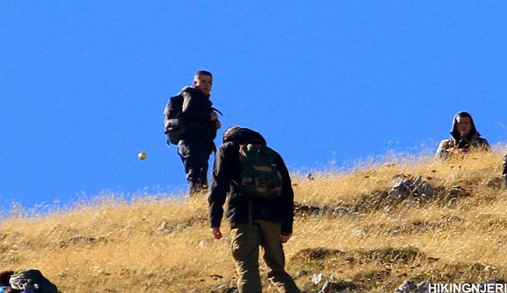 Una esfera dorada aparece al lado de una los excursionistas. ¿Un orbe real o una esfera cualquiera captada en el momento exacto luego de haber sido lanzada por alguna de las personas presentes?