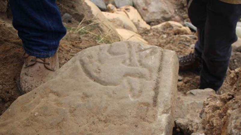 Piedra picta descubierta en las islas Orcadas con el grabado de un dragón.