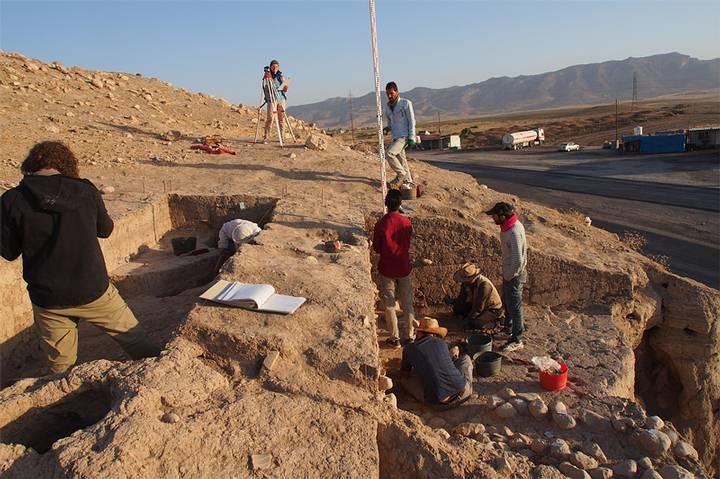 Excavaciones en la parte este del montículo, donde se hallaron varios fragmentos de tablillas con escritura cuneiforme.