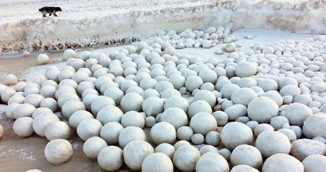 Decenas de misteriosas esferas de hielo aparecen en playa de Siberia