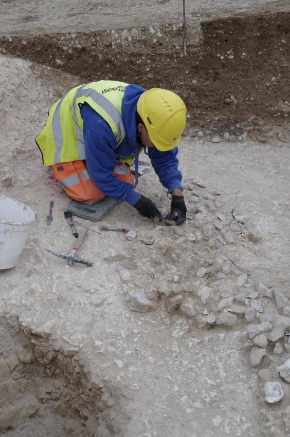 Un arqueólogo excava el sitio recién descubierto cerca de Stonehenge.