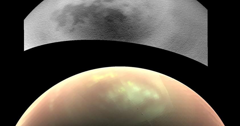 En la imagen de infrarrojo de las cámaras de la Cassini ISS, que se muestran en la parte superior, Titán parece estar relativamente libre de nubes. Sin embargo, la vista inferior, capturada en longitudes de onda infrarrojas por VIMS, muestra un aspecto de falso color en las nubes brillantes (blancas), la neblina atmosférica (rosa), y áreas superficiales.