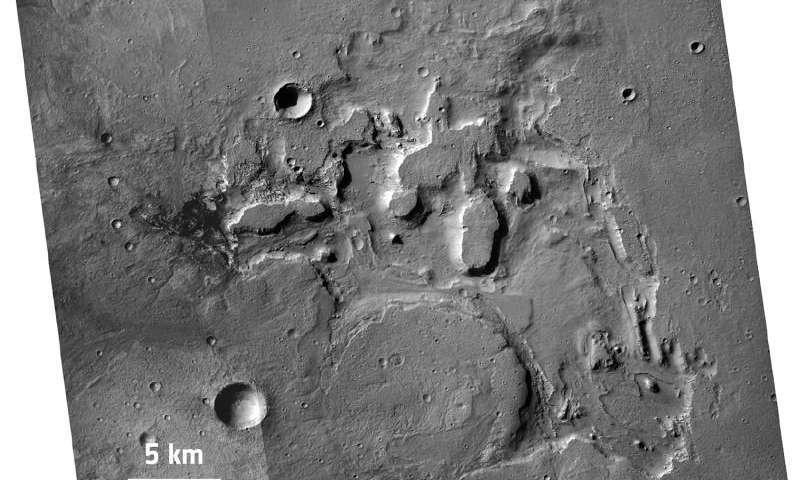 Esta imagen, tomada por la cámara de la Mars Reconnaissance Orbiter de la NASA, muestra una ventana erosional en una región al norte de la cuenca de Hellas en Marte.