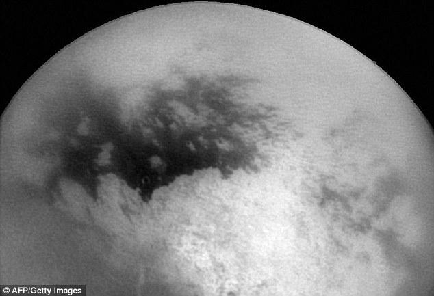 Un patrón similar se observó en las altas latitudes del sur al final del verano de Titán en 2004. Titan srepresentado en 2004, con regiones brillantes y oscuras cerca del centro que indican características de la superficie.