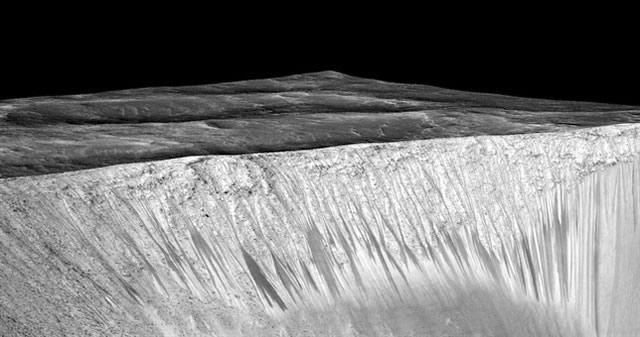 Agua presente en «rayas oscuras» de Marte podría provenir de la atmósfera