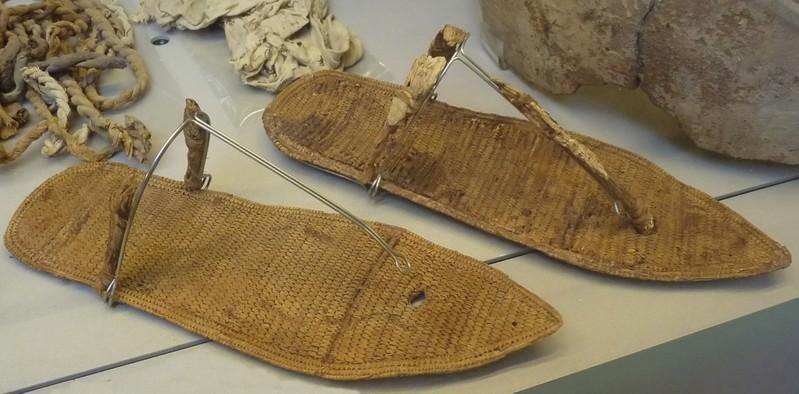 Un par de sandalias encontradas en la tumba de la reina Nefertari.