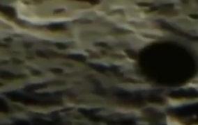 Un enorme OVNI con forma de disco es capturado sobrevolando la Luna
