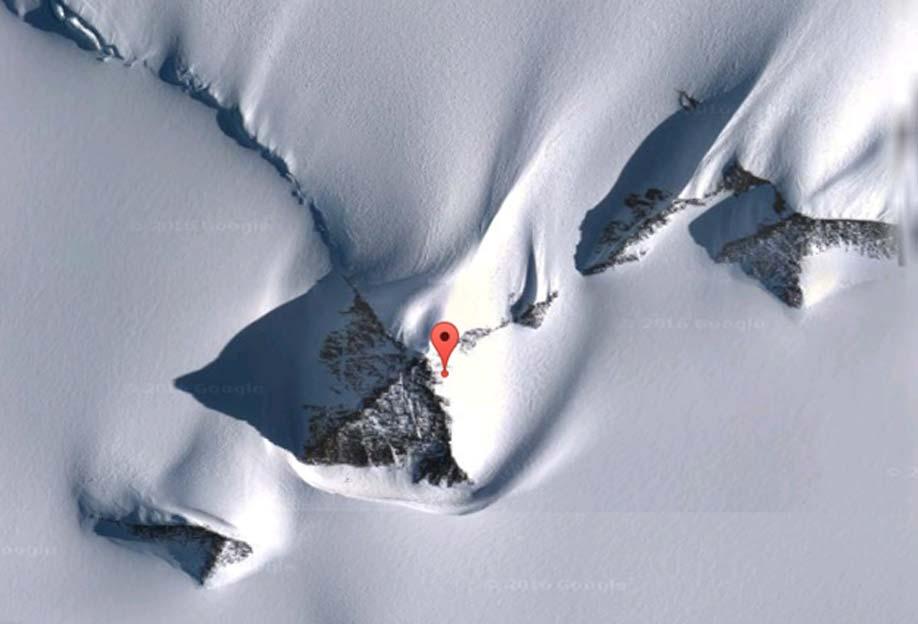 """Pirámides antárticas localizadas mediante Google Earth. Sus coordenadas son 79°58'39,2"""" Sur y 81°57'32,2"""" Oeste."""