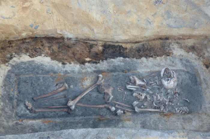 Tres cuerpos fueron encontrados enterrados al azar en el borde de un cementerio en el oeste de Polonia. Los arqueólogos creen que fueron considerados como «vampiros» por sus comunidades y sus cuerpos fueron mutilados antes de entierro.
