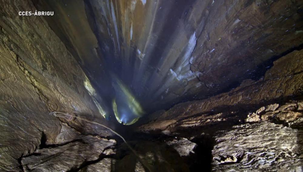 Cueva de 435,92 metros situada en la ladera de Porracolina, en la vertiente del valle de Calseca, en Ruesga.