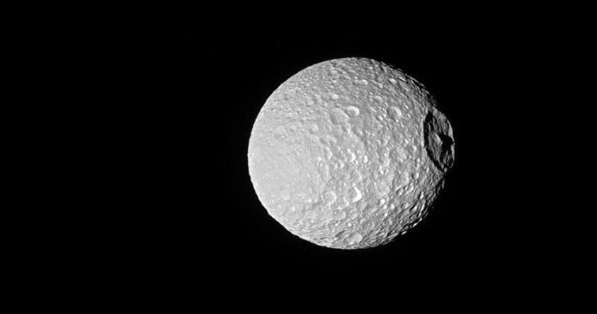NASA captura fotografía de la espeluznante «estrella de la muerte» de Saturno