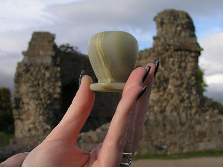El frasco de perfume descubierto en el año 1920 en el interior de la estatua del águila de Thomas Wright.