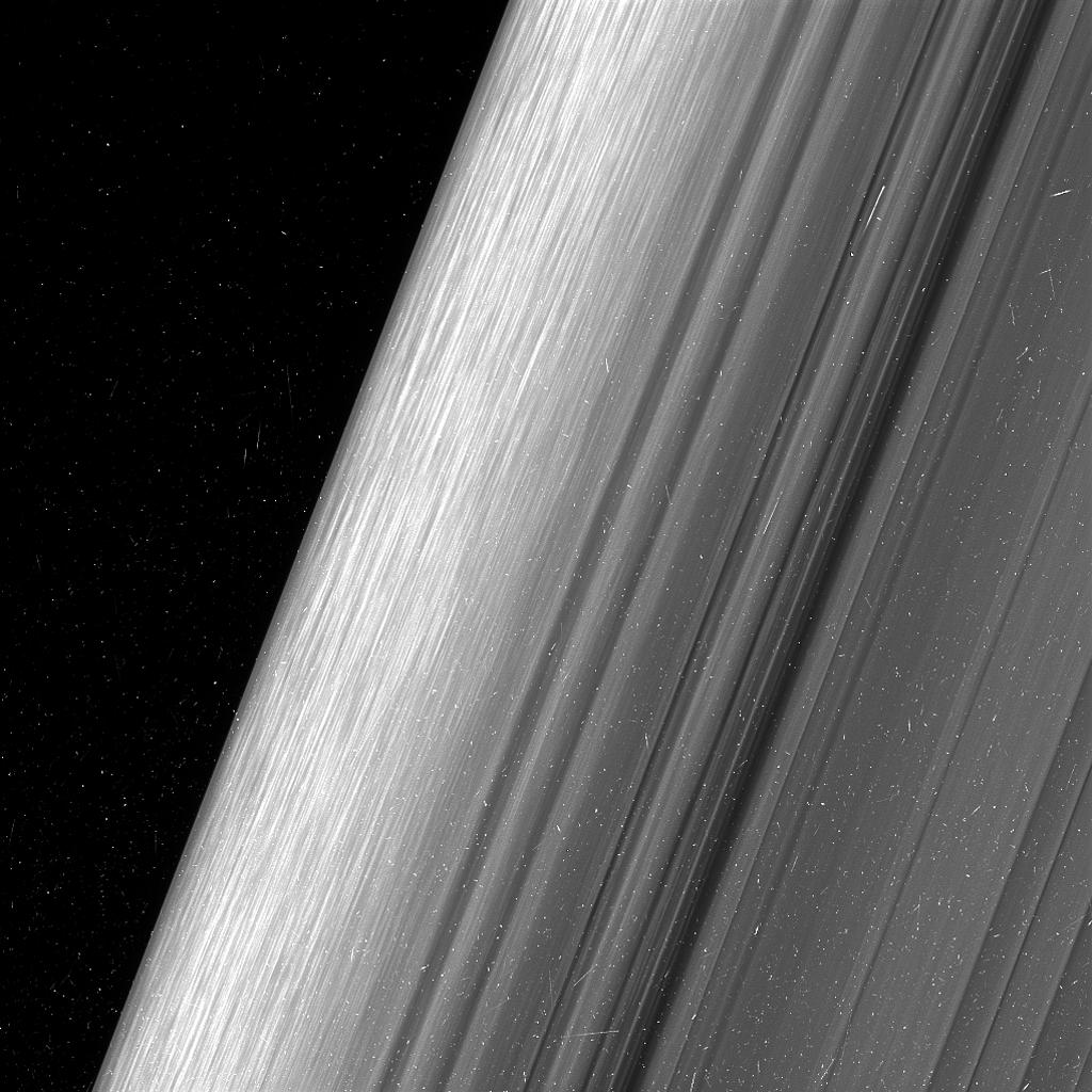 Esta imagen muestra una región en el anillo exterior B de Saturno. La nave espacial Cassini de la NASA considera esta zona a un nivel de detalle dos veces mayor que lo que nunca se había observado antes.