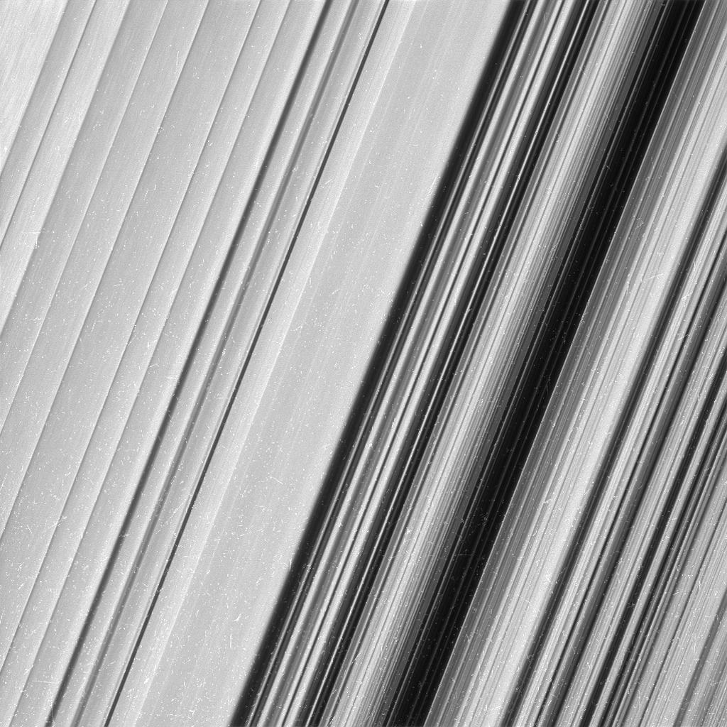 Esta imagen muestra una región en el anillo exterior B de Saturno. La nave espacial Cassini de la NASA considera esta zona a un nivel de detalle dos veces mayor que lo que nunca se había observado antes. Y desde este punto de vista, está claro que todavía hay detalles más finos para descubrir.