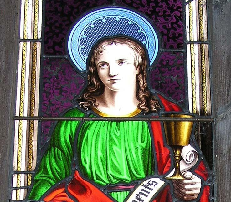 Detalle de San Juan con el cáliz de oro en la vidriera policromada de Wright.