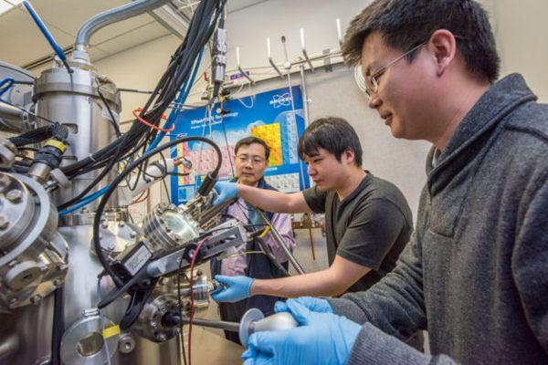 Los científicos del laboratorio de Berkeley Junqiao Wu, Changhyun Ko y Fan Yang (l-r) están trabajando en el instrumento de espectroscopía de electrones nano-Auger