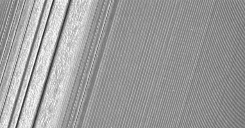 Cassini fotografía los anillos de Saturno con un detalle sin precedentes