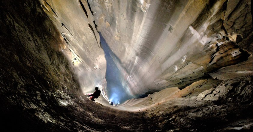 Imágenes impresionantes: Descubren el pozo vertical más grande de España