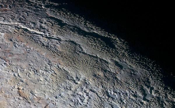 En la Tierra, los penitentes se forman en zonas muy secas en las que el punto de formación del rocío está siempre por debajo de cero. En esas condiciones, la nieve se sublima formando huecos. La reflexión en las zonas altas retroalimenta el proceso en las más bajas, dando lugar con el tiempo a agudos pináculos del tamaño de una persona entre los que incluso se puede pasear.