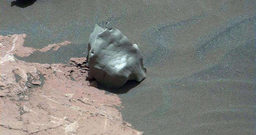 Curiosity descubre una extraña «roca» de aspecto metálico y pulida en Marte