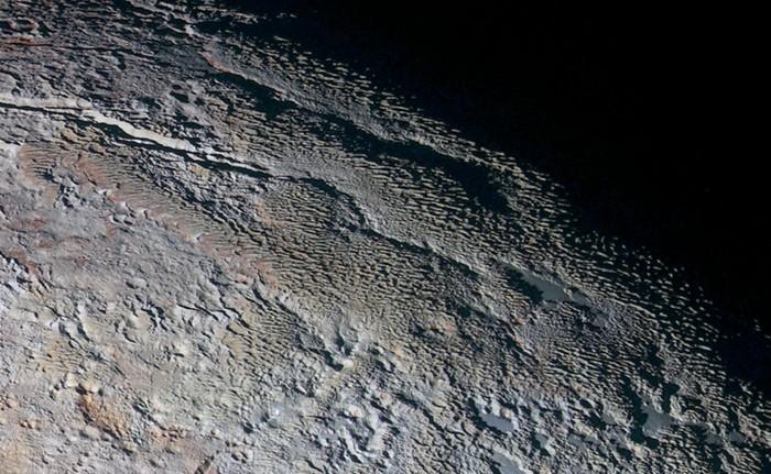 El terreno aplanado de la región llamada Tártaro Dorsa, en Plutón, fotografiada por la nave espacial New Horizons de la NASA en julio de 2015.
