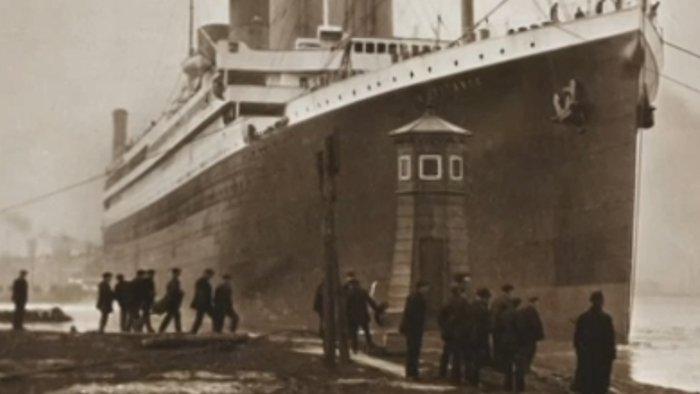 Nuevas fotos muestran marcas oscuras en el casco, vistas aquí cerca del centro de la imagen, justo a la derecha de un grupo de personas.
