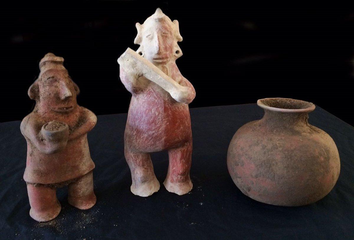 Dos esculturas antropomorfas y una olla globular de cuello corto