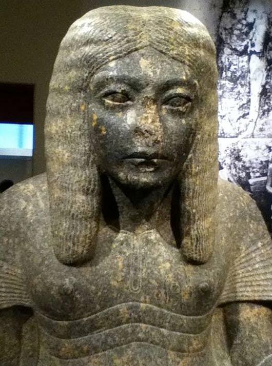 ¿Qué o quién desfiguró esta estatua del faraón del antiguo Egipto Horemheb en la que aparece representado como un escriba? ¿Fue mutilada su nariz en un acto de vandalismo?