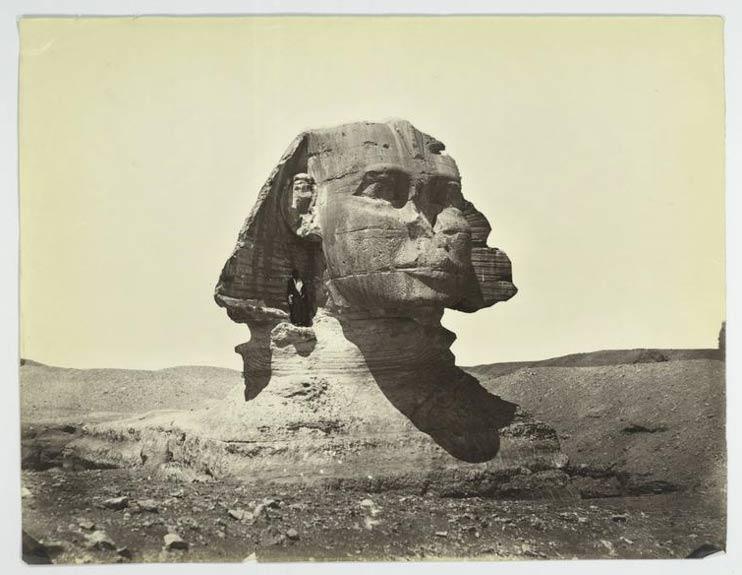 La Gran Esfinge en el año 1867. Obsérvese su estado, aún sin restaurar, con su cuerpo parcialmente enterrado y el hombre de pie bajo su oreja.