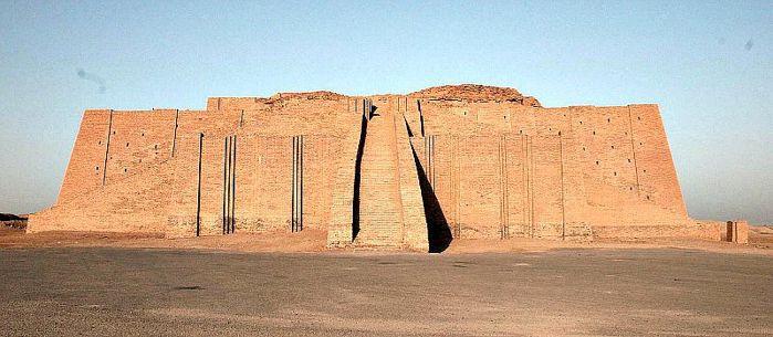Zigurat de la ciudad de Ur que se ha conservado hasta nuestros días. Las ciudades sumerias se alzaban en torno a estos templos, y en ellos los patesi llevaban a cabo sus ritos sagrados.