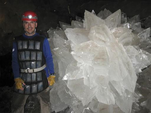 En la imagen podemos ver un cristal de rosetón de yeso. En dicho lugar fueron encontrados bacterias y virus «dormidos» de 50.000 años de antigüedad.