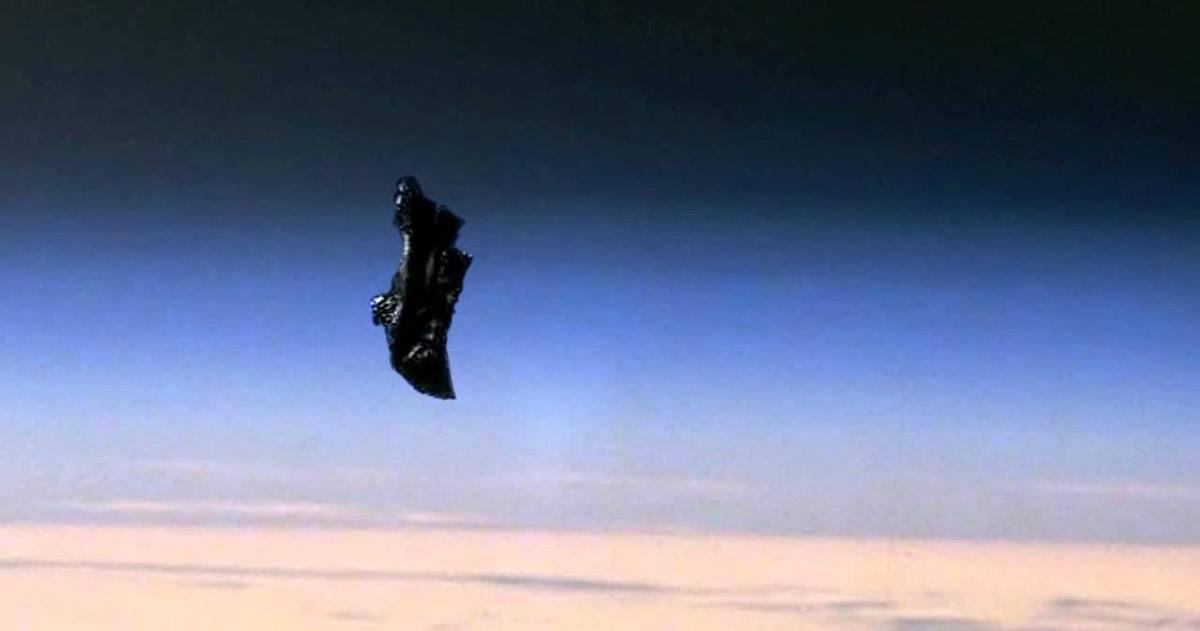 Fotografía del supuesto Satélite Black Knight (Caballeto Negro) en la órbita de la Tierra.