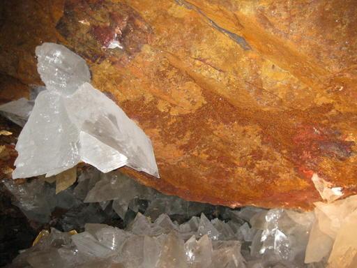 Vida extrema: En un sistema de cuevas mexicano tan hermoso y caliente «como el infierno», los científicos han descubierto vida atrapada en cristales que podrían tener 50.000 años de antigüedad. Los extraños y antiguos microbios fueron encontrados dormidos en las cuevas de Naica, México, y pudieron existir viviendo de minerales como el hierro y el manganeso.