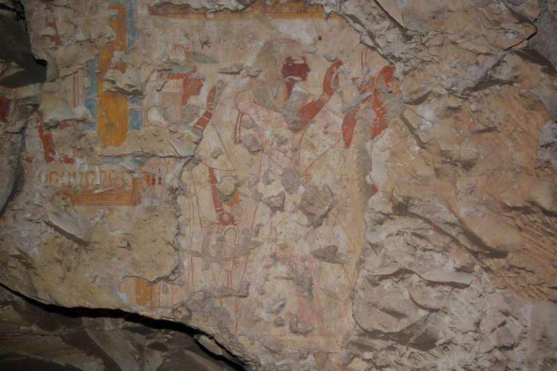Pintura del escriba real Khonsu, a la izquierda, se muestra con su esposa en su tumba en Luxor, Egipto.