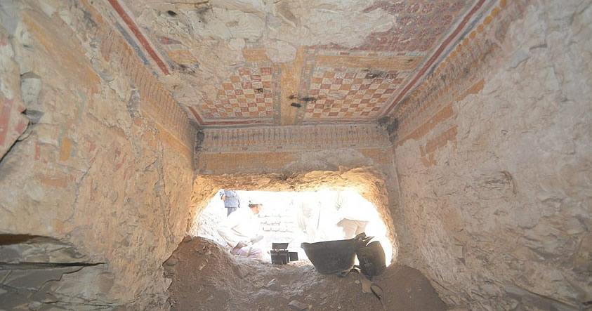 Descubren tumba de un Escriba real en Luxor, Egipto, conteniendo grabados de babuinos