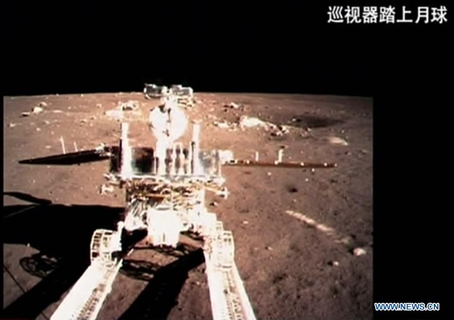 En la imagen el rover lunar chino. Inclusive el suelo lunar luce muy diferente al que nos mostró la NASA en los supuestos alunizajes norteamericanos.