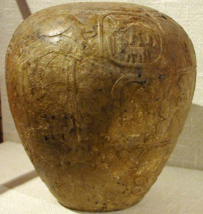 Detalle de la maza de Narmer, centro izquierda: el faraón Narmer sentado en un naos.