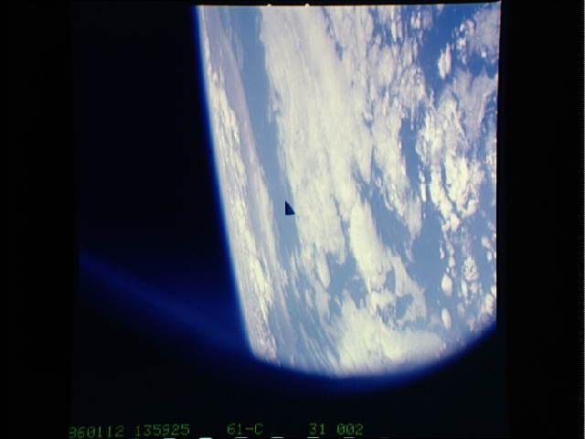 En 1986, durante la misión STC-61-c, los astronautas del transbordador espacial Columbia fotografiaron un OVNI triangular en la órbita de la Tierra.
