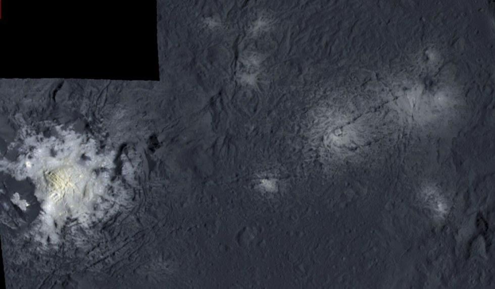 Un mosaico falso color muestra el interior del cráter Occator, con la cúpula brillante de material salado visible a la izquierda. La cúpula central posee 2,9 km de ancho y se eleva a 1,300 pies (400 m).
