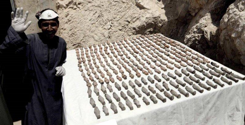 Estatuillas «ushabti» encontradas en diversas partes de la tumba.