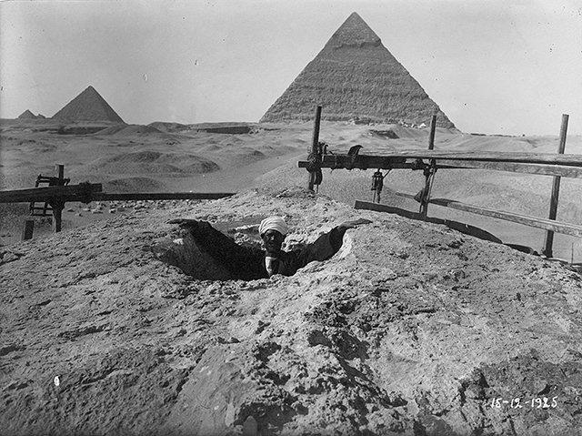 Esta es una las raras imágenes, que muestra la superficie de la cabeza de la Esfinge. Fue tomada en 1925.