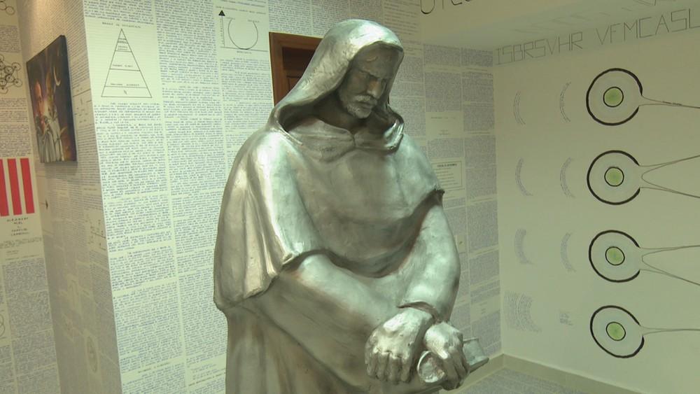 Una estatua del filósofo y teólogo Giordano Bruno en la habitación de Bruno