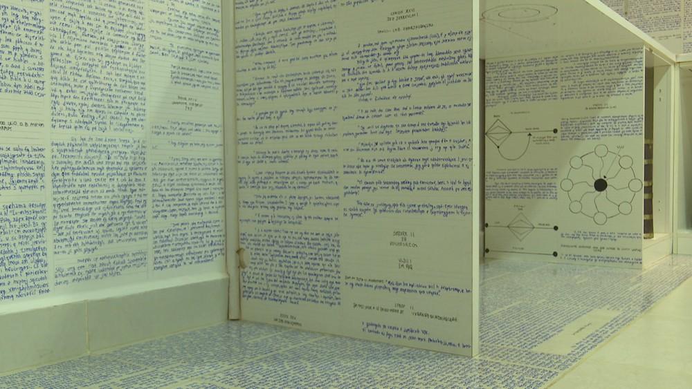 En su cuarto, los escritos se realizaron impecablemente, con precisión y simetría