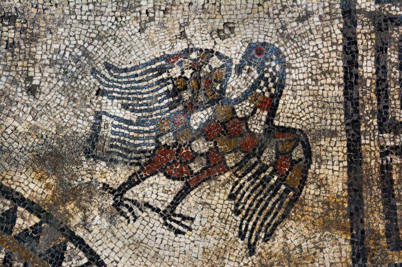 Un águila forma parte del impresionante mosaico.